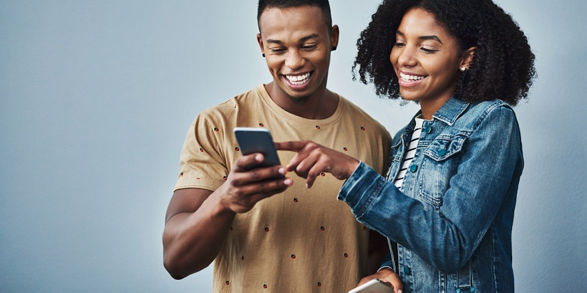 Couple browsing through options in an online store with a WooCommerce product configurator