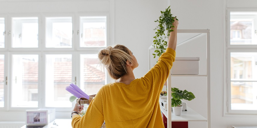 Shopper hanging greenery and home decor purchased through a visual configurator