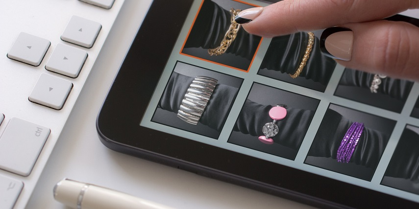 Shopping for bracelets through a 3D configurator