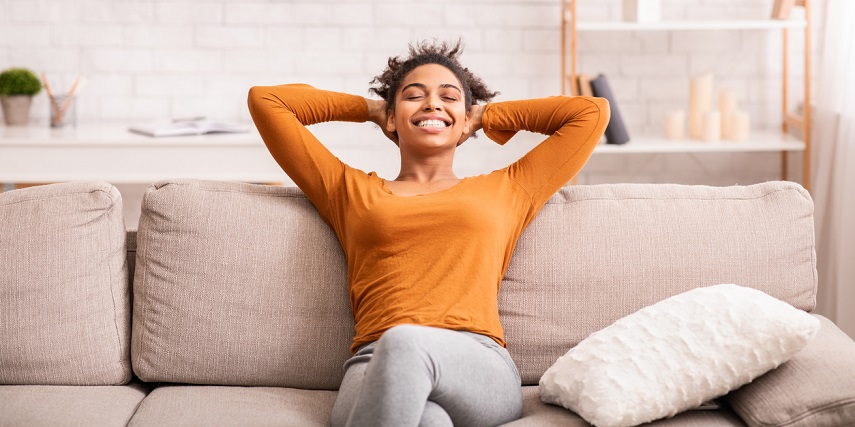 Woman relaxing on a custom sofa that met her expectations